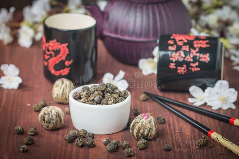 Азиатский комплект чая с высушенными зеленым чаем и сахаром стоковая фотография rf