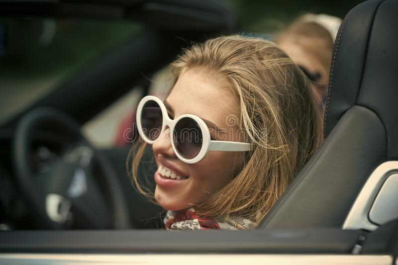 азиатский красивейший кавказец автомобиля детенышей женщины сбора винограда каникулы отключения перемещения лета дороги гонки пин стоковое изображение