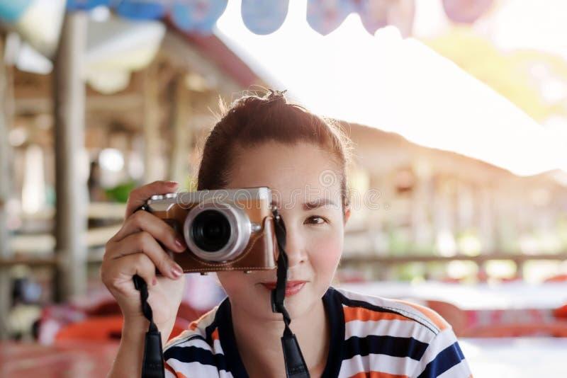 Азиатский красивый женский фотограф стоковые изображения rf