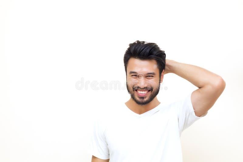 Азиатский красивый человек при усик, усмехаясь и смеясь над на whi стоковые изображения rf