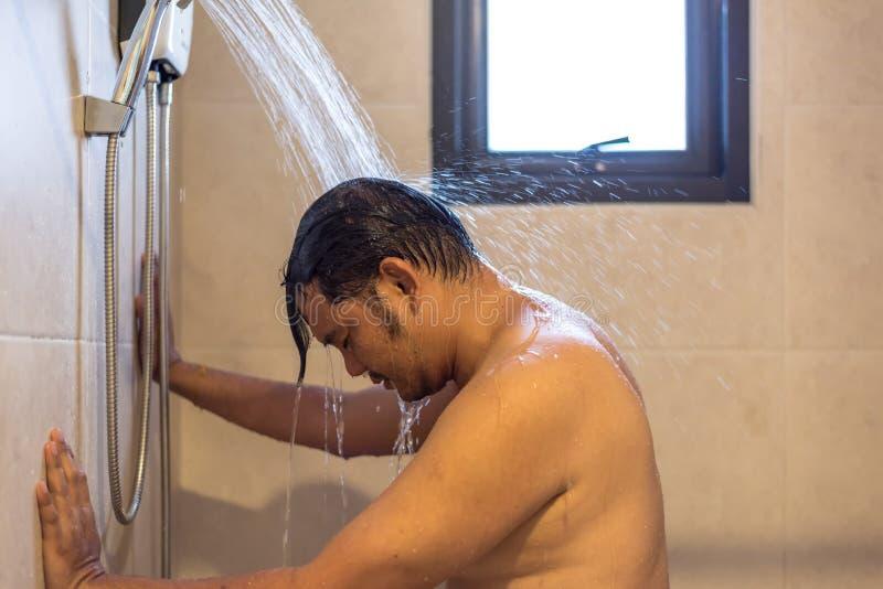 Азиатский ливень человека в ванной комнате для чистого тело стоковая фотография rf