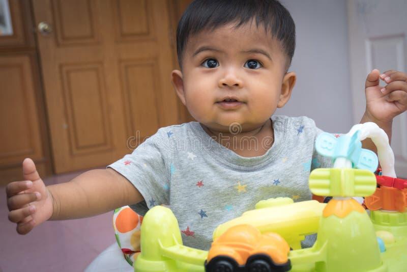 Азиатский мальчик на езде для детей стоковая фотография