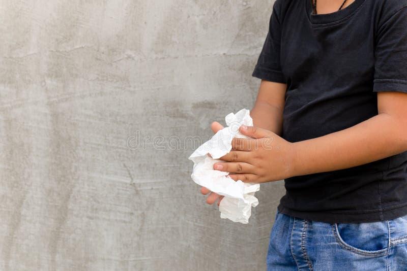 Азиатский мальчик очищая его руки с влажной тканью стоковые фото