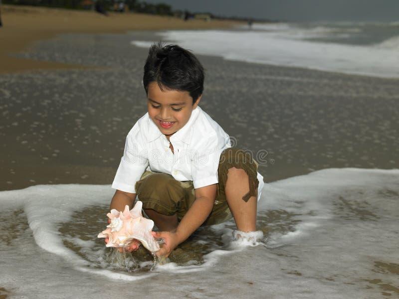 азиатский мальчик пляжа стоковое изображение rf
