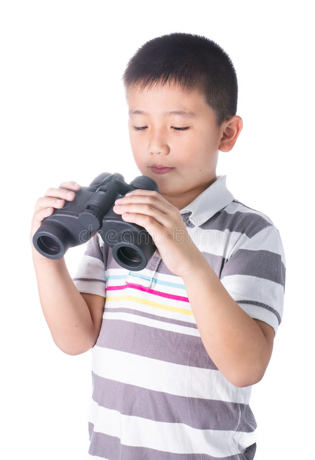 Азиатский мальчик держа бинокли, изолированные на белой предпосылке стоковое фото rf