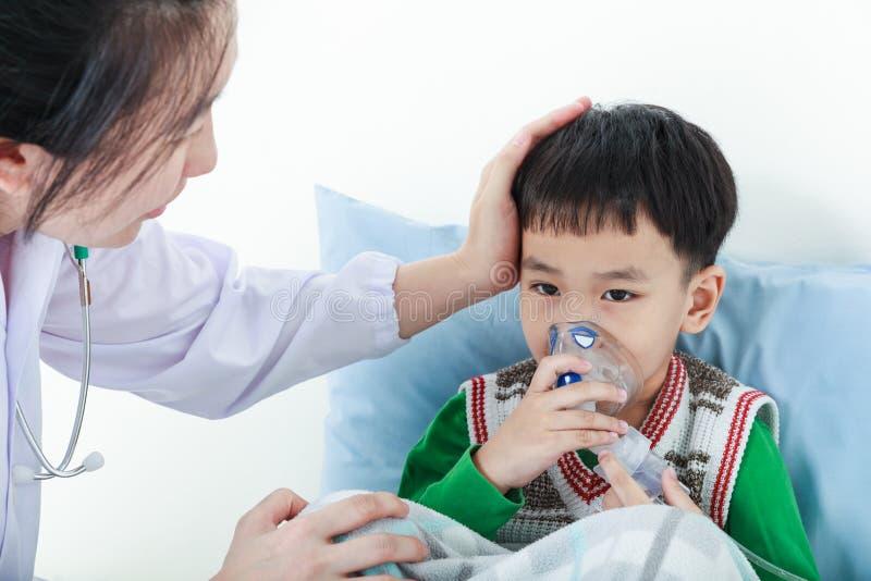 Азиатский мальчик имея дыхательную болезнь помочься профессией здоровья стоковое фото