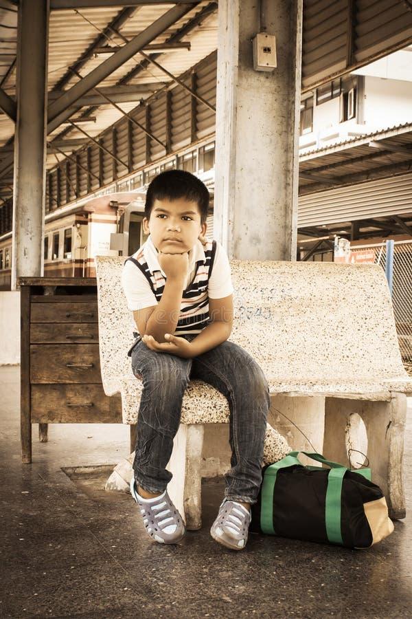 Азиатский мальчик сидит самостоятельно стоковые фотографии rf