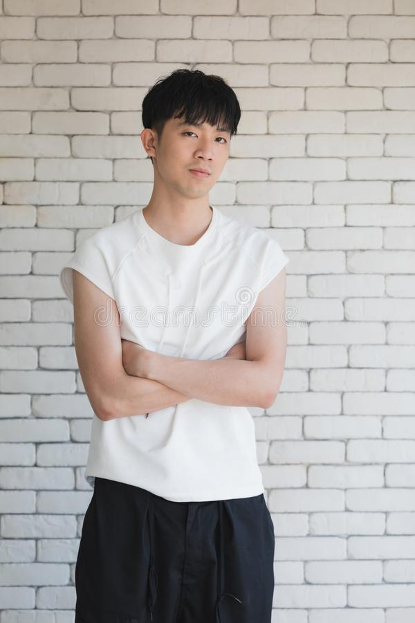 Азиатский модельный человек сидя на поле и колене вверх стоковые фотографии rf