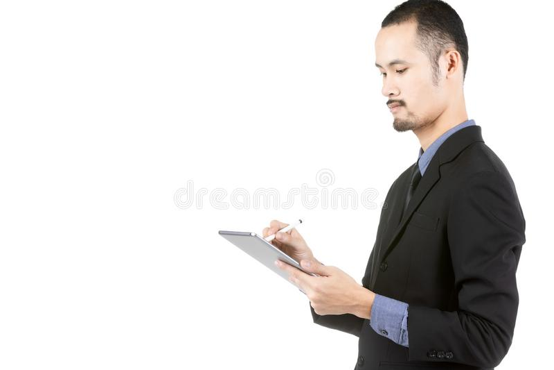 Азиатский молодой человек используя планшет цифров изолированный на белизне стоковая фотография