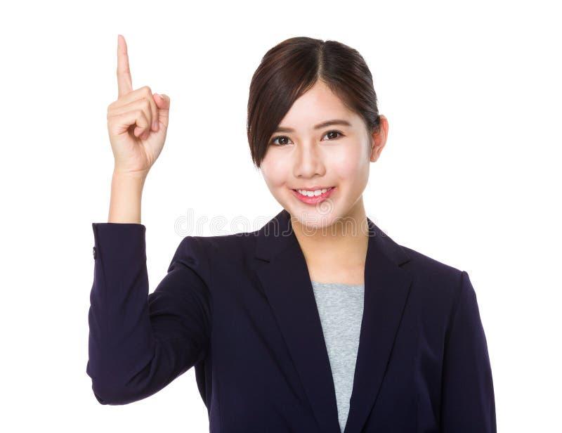 Азиатский молодой пункт пальца коммерсантки вверх стоковое фото rf