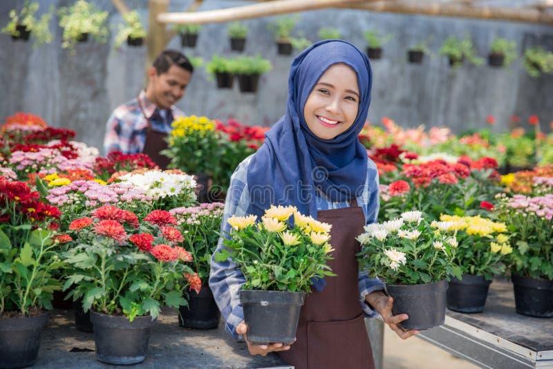 Азиатский мужчина и женский флорист стоковые изображения