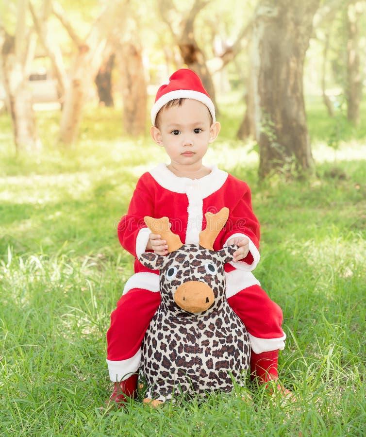 Азиатский младенец в костюме Санта Клауса стоковая фотография