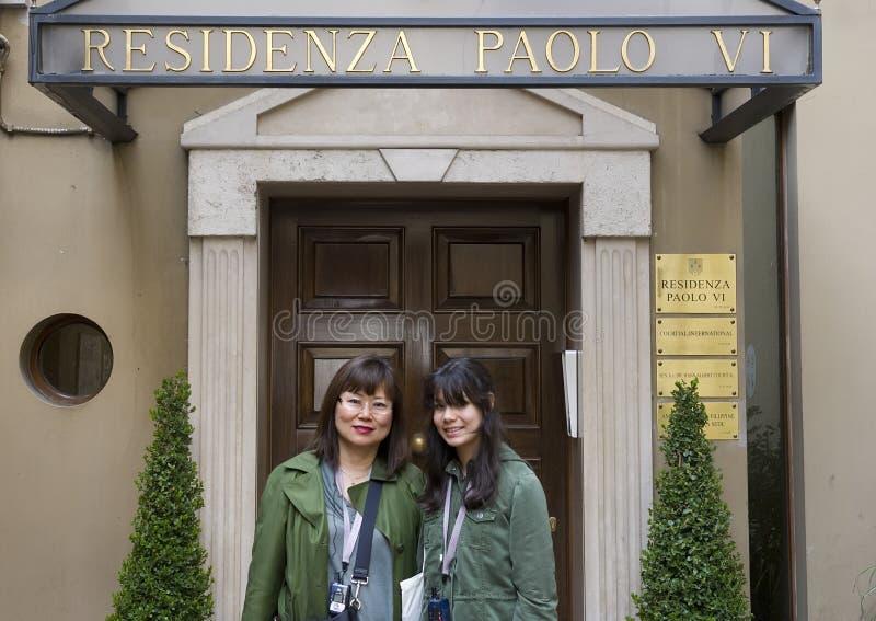 Азиатский дочь-подросток матери и Amerasian перед Residenza Paolo VI стоковые изображения