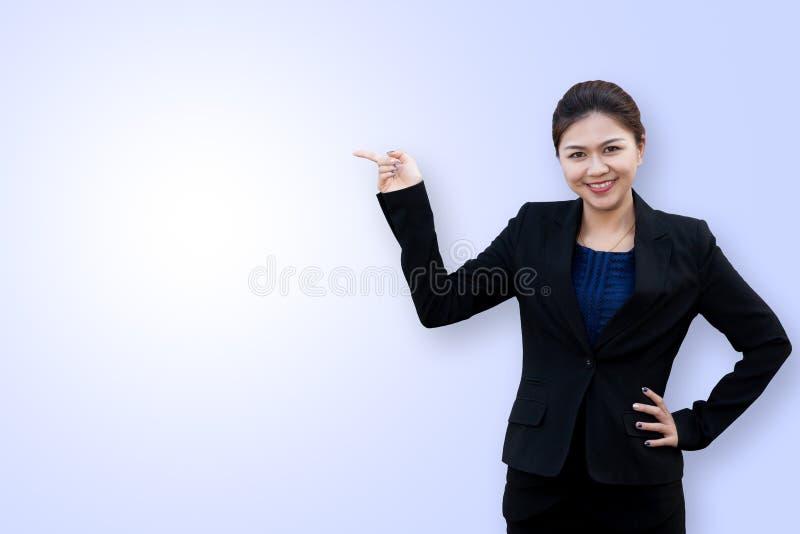 Азиатский пункт бизнес-леди вверх стоковые фотографии rf