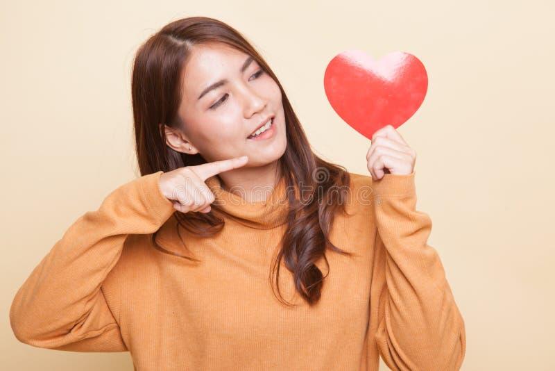 Азиатский пункт женщины к красному сердцу стоковая фотография rf