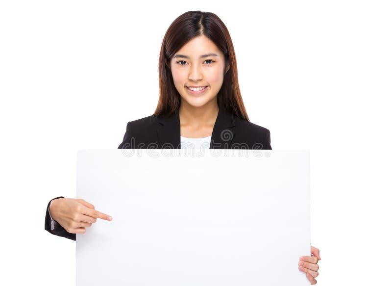 Азиатский пункт пальца коммерсантки для того чтобы прикрыть плакат стоковое фото