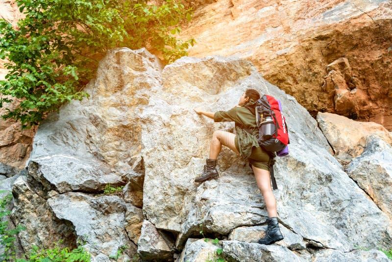 Азиатский путешественник женщин или пеший туризм с озером и горами альпинизма рюкзака на каникулах экспедиции лета предпосылки вн стоковые фото