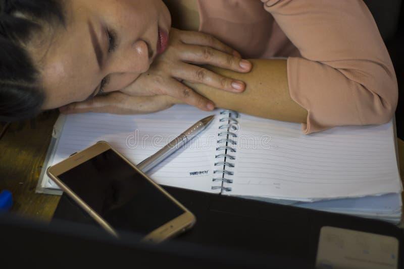 Азиатский работник женщины страдая от повреждения, усталости, боли на шеи, мышце, усилил во время работать с ноутбуком в течение  стоковое изображение rf