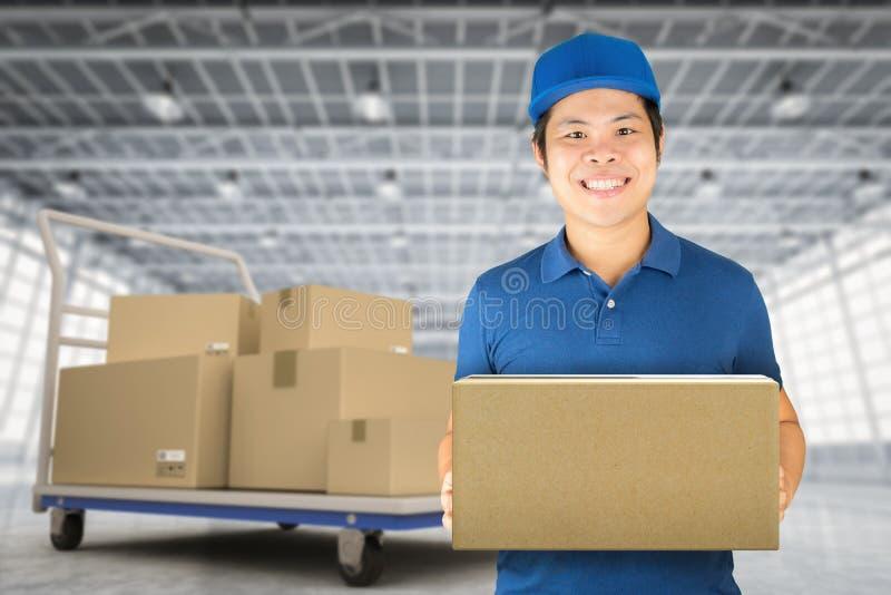 Азиатский работник доставляющий покупки на дом стоковое изображение rf
