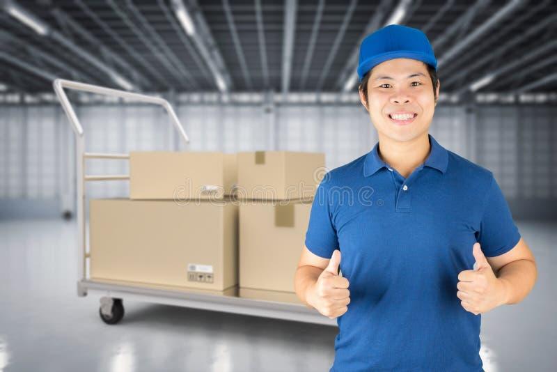 Азиатский работник доставляющий покупки на дом стоковая фотография rf