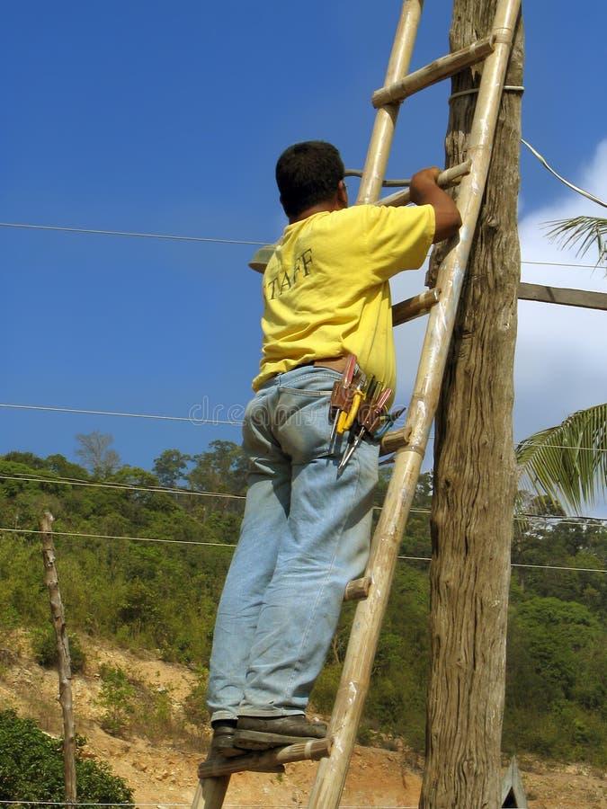 азиатский работник электричества стоковое изображение