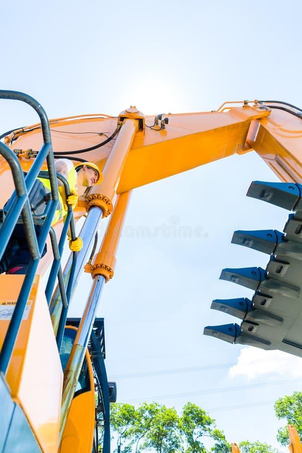 Download Азиатский рабочий-строитель на экскаваторе лопаткоулавливателя Стоковое Изображение - изображение насчитывающей машина, мастер: 41663459