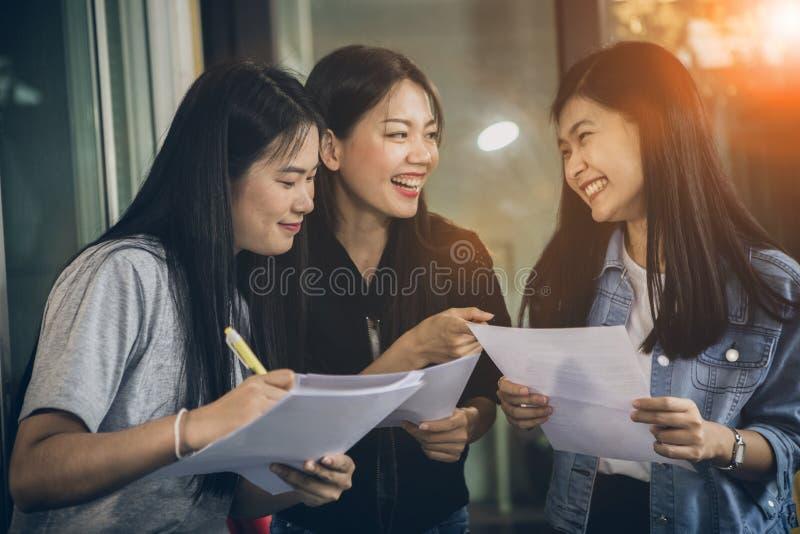 Азиатский разговаривать более молодой женщины независимый с зубастой усмехаясь стороной в домашнем офисе стоковые изображения rf