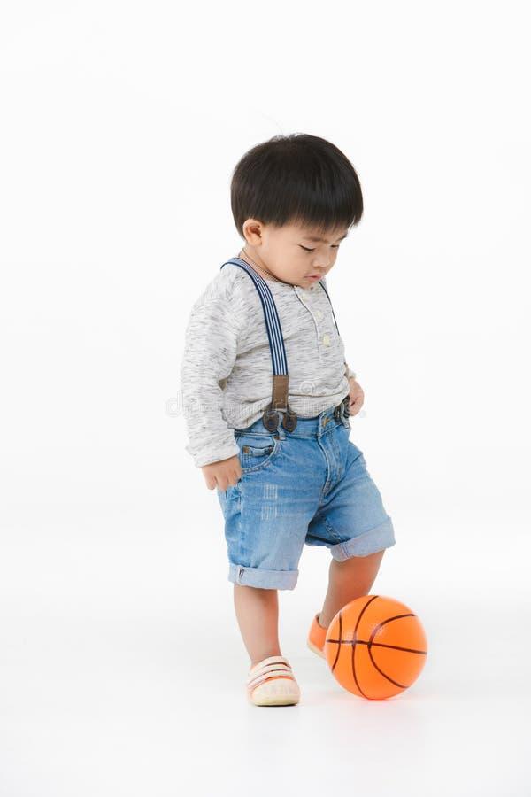 Азиатский ребенк играя с игрушкой стоковое изображение rf
