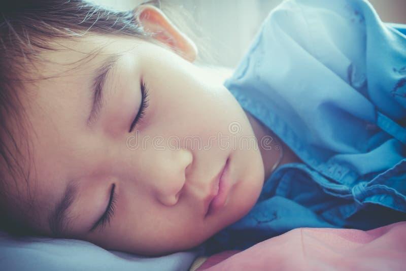 Азиатский ребенок впущенный в больницу Рассказы здравоохранения Год сбора винограда t стоковое изображение