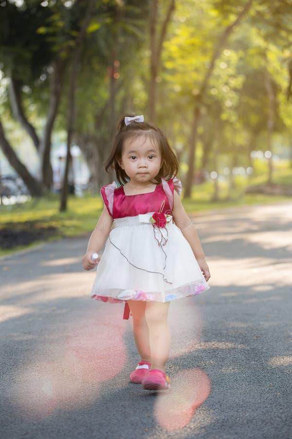 Азиатский ребенок играя в парке стоковые фотографии rf