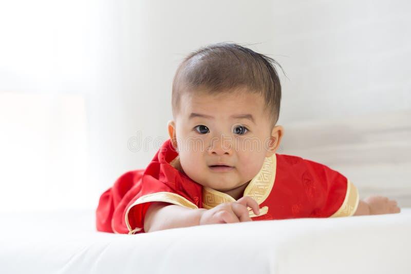 Азиатский ребенок с обмундированием традиционного китайского стоковые изображения