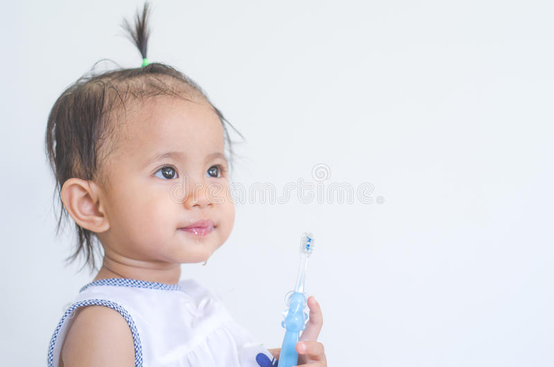 Азиатский ребёнок с зубной щеткой стоковые фото