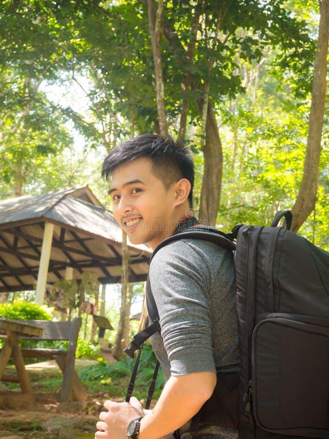 Азиатский рюкзак человека принимая фото с mirrorless камерой стоковые фото