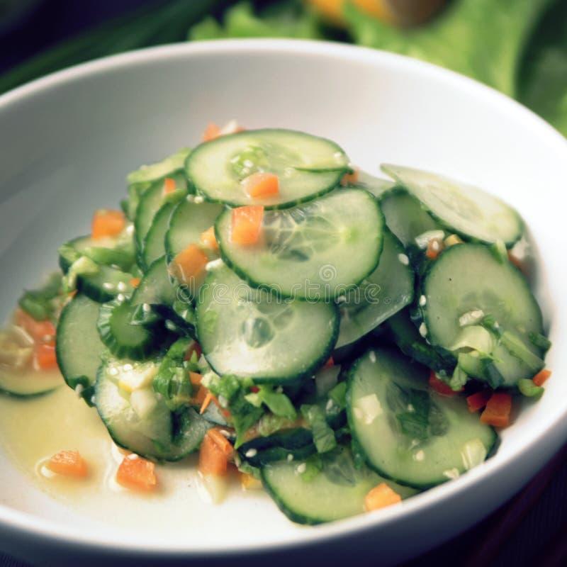 Азиатский салат огурца на белой плите конец вверх стоковое изображение