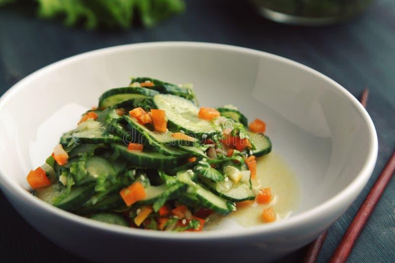 Азиатский салат огурца на белой плите конец вверх стоковое фото
