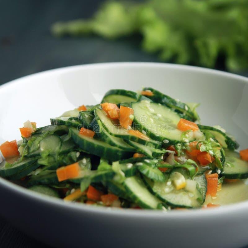Азиатский салат огурца на белой плите конец вверх стоковая фотография rf
