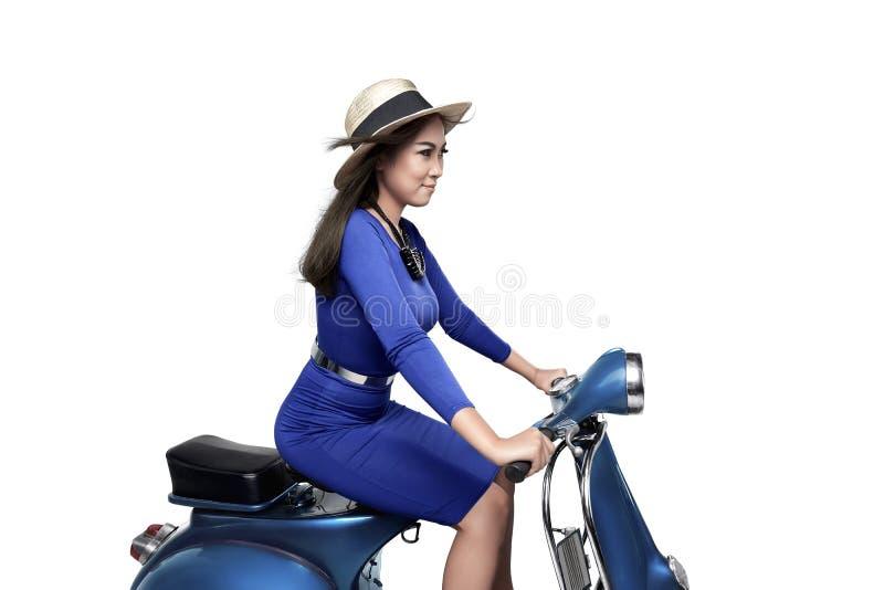 Азиатский самокат катания женщины с шляпой стоковые фотографии rf