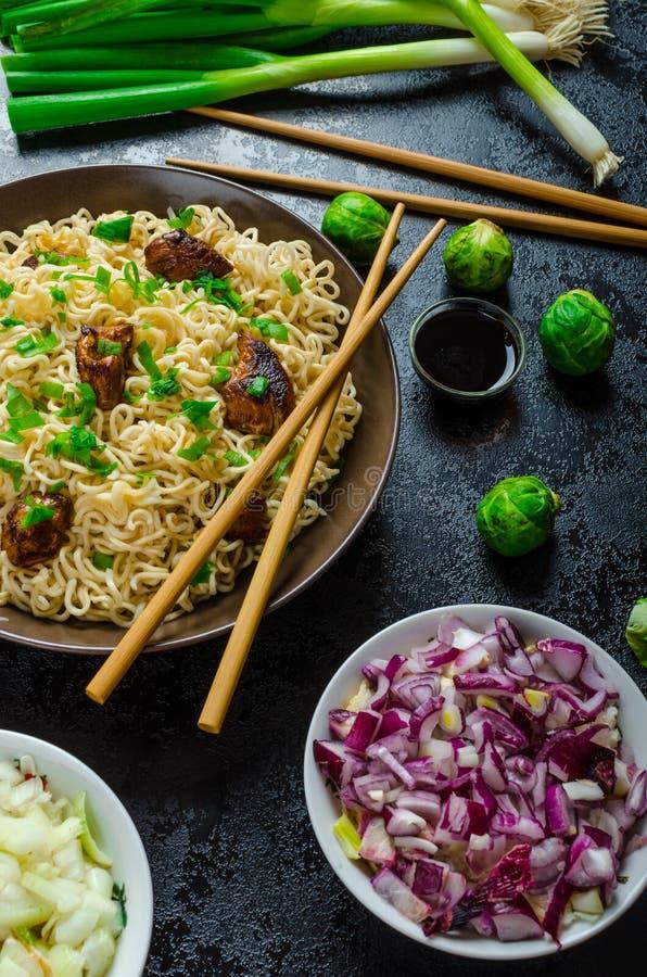Азиатский салат лапшей цыпленка стоковое изображение