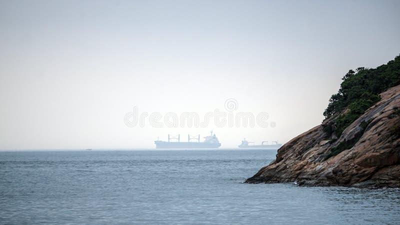 Азиатский сосуд шлюпки транспорта в океане, круизе до смог f стоковое фото