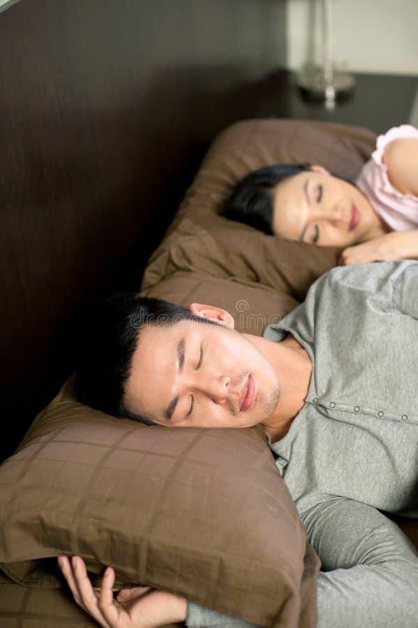 азиатский спать уклада жизни пар стоковая фотография