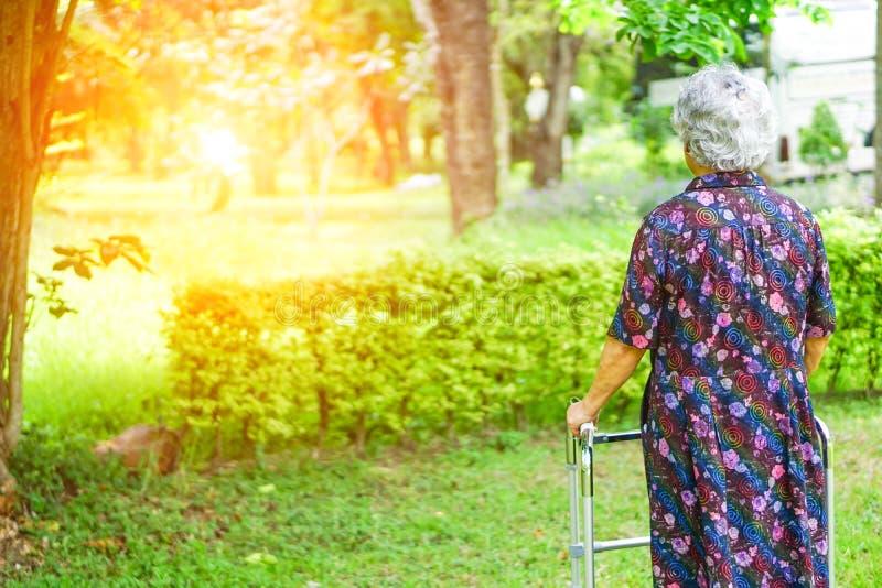 Азиатский старший или пожилой ходок пользы пожилой женщины с сильным здоровьем пока идущ на парк стоковая фотография rf