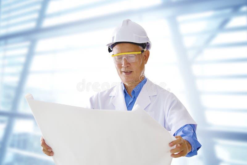 азиатский старший инженера стоковые фото