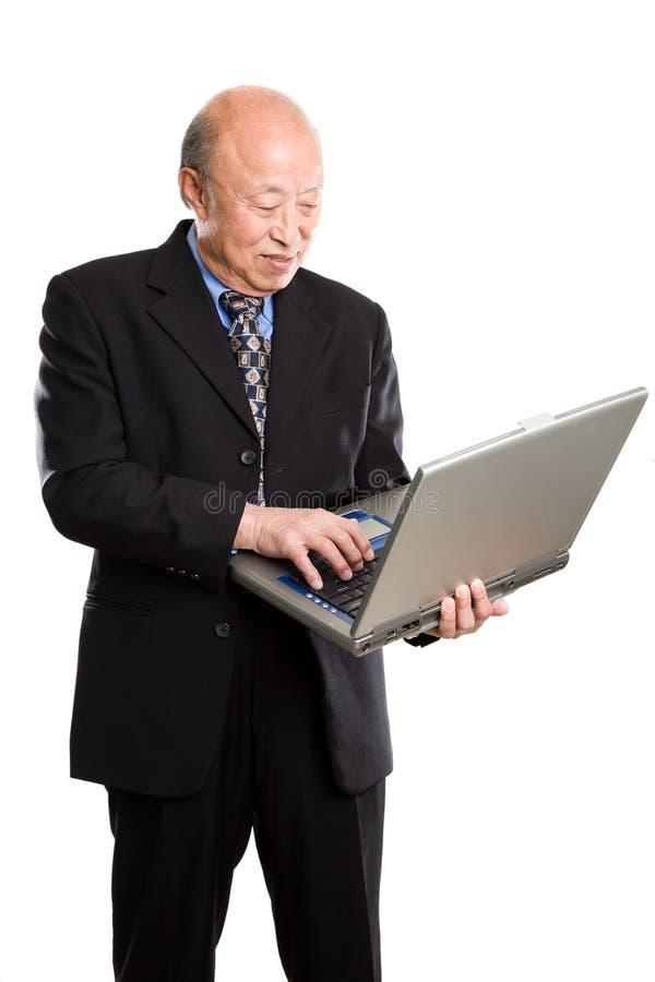 азиатский старший компьтер-книжки бизнесмена стоковые изображения rf