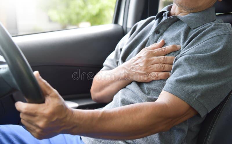 Азиатский старший человек имея сердечный приступ стоковое фото rf