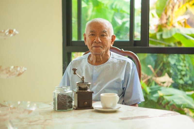 Азиатский старший человек с винтажным механизмом настройки радиопеленгатора стоковое изображение rf