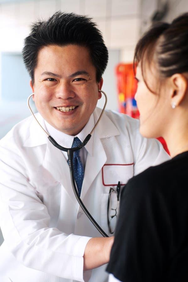 азиатский стетоскоп доктора стоковые изображения rf