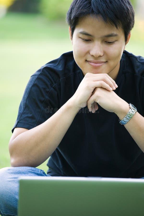 азиатский студент колледжа стоковые изображения rf