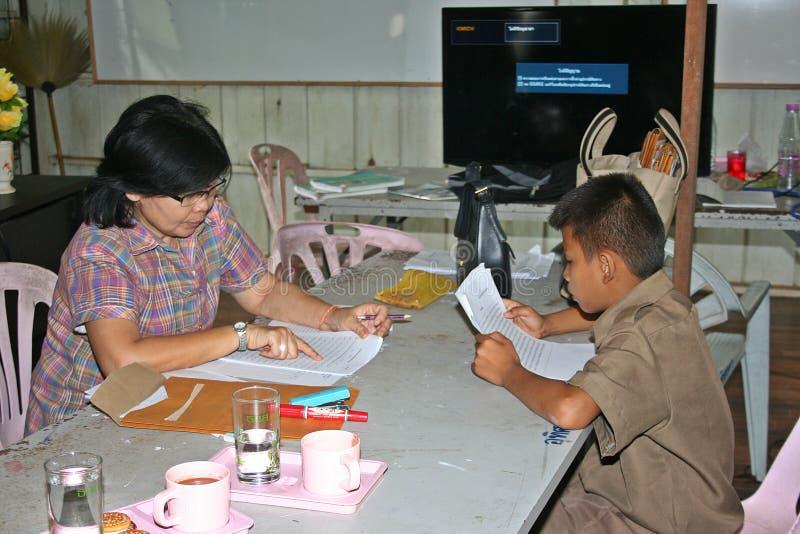 Азиатский студент читает стоковое фото rf