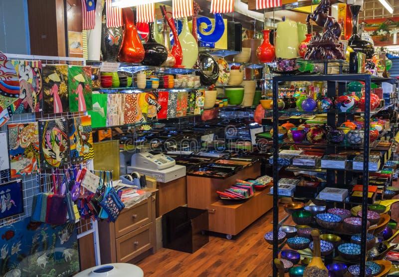 Азиатский сувенирный магазин с пестроткаными сувенирами стоковое изображение