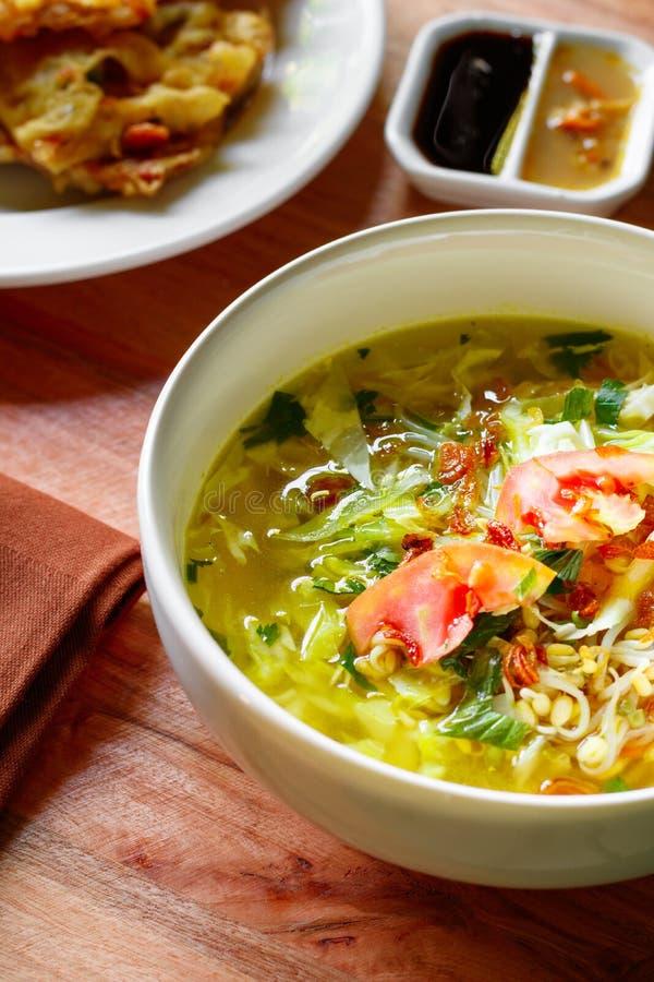 Азиатский суп помещенный на натюрморте деревянного стола стоковое фото rf